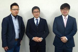 写真左から、顧問の萱森弘満氏、商品部部長の小池良氏、商品部バイヤーの大場拓人氏