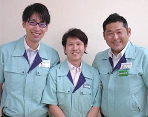 売り場づくりを担当した、新丸太町店の気谷洋平さん(中央)、加茂晶一店長(右)、坂根雅之副店長代理(左)