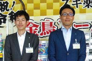 写真左から、(株)スギ薬局 営業本部 スーパーバイザーの徳永泰之氏、同社 商品本部 ホーム部の金川直氏