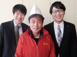 山口克彦店長(中央)、大関近畿支店販売第二グループの瀬野真秀課長(左)と椿原一史氏(右)